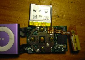 iPod Shuffle Lavado. Las manchas blancas y verdes son soldaduras corroídas y no funcionales.