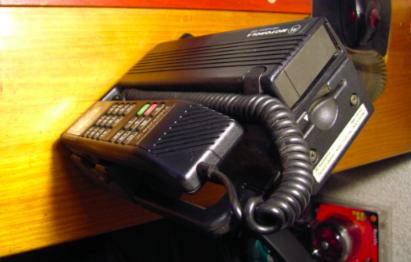 Motorola International 1000 por debajo, con la ranura para tarjetas y la batería.