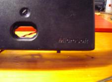 Vista Frontal del panel frontal de la consola, con el conmutador asomando por debajo